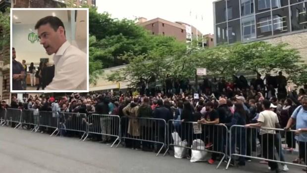 """""""Se habla español"""" en protesta contra abogado acusado de racismo"""