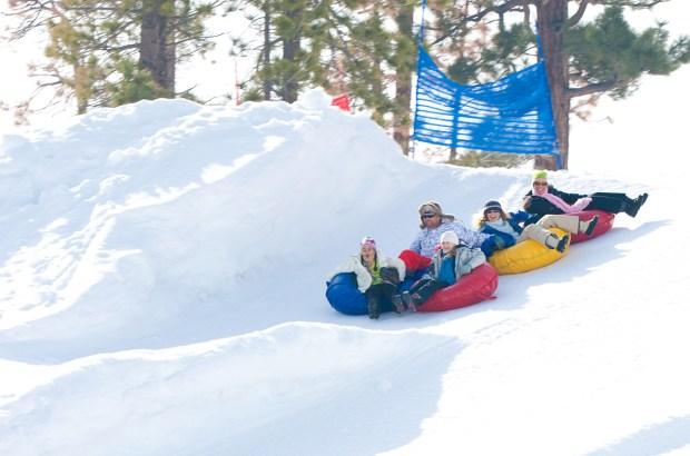 La nieve artificial ya llegó a las montañas de Big Bear