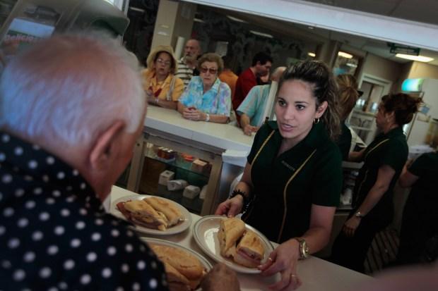 Trabajadores por propinas demandan aumento de salario mínimo