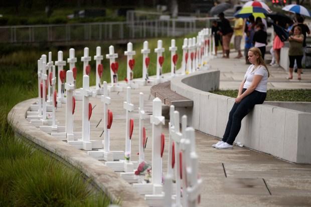 Monumento improvisado de cruces blancas recuerda a las víctimas de masacre en Orlando