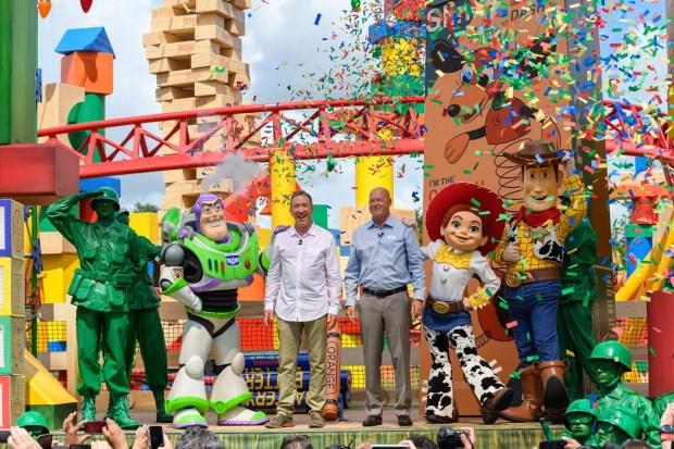 Estrellas visitan el nuevo mundo de Toy Story Land