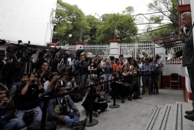 Relación medios-poder: AMLO descalifica a semanario