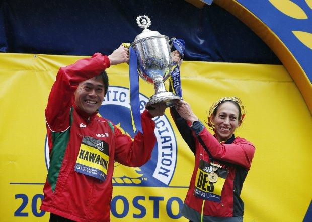 Atletas completan el Maratón de Boston bajo la lluvia