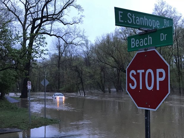 Fotos: conductores rescatados después de inundaciones significativas en las carreteras del área de DC