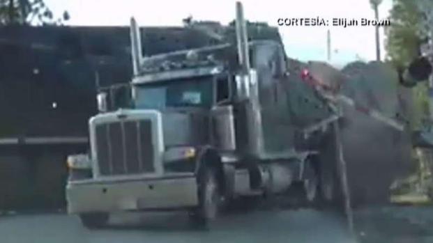 Captan en video cuando tren embiste un camión