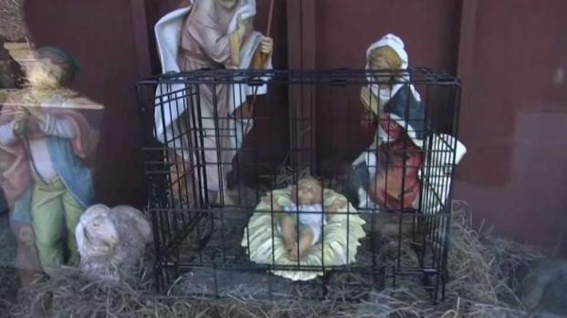 [NECN] Nacimiento en jaula causa controversia