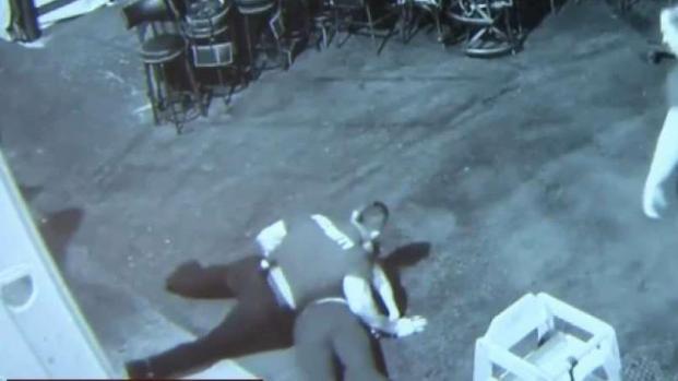 Demanda tras ser azotado por guardias de seguridad