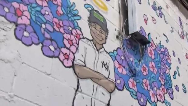 """[TLMD - NY] Inmortalizan a """"Junior"""" con mural en El Bronx"""