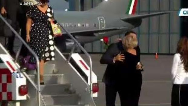 Al pie del avión: ex de José José recibe su cenizas y a sus hijos