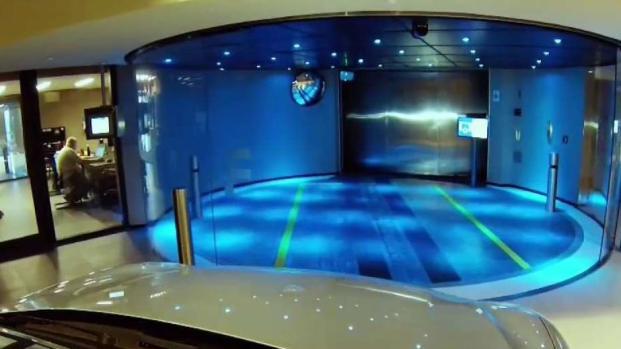 La increíble Torre Porsche con elevadores para autos