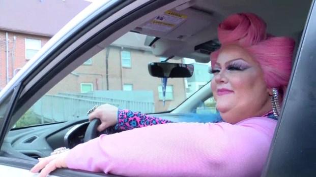 """""""Drag queens"""" transportan a personas para que voten"""
