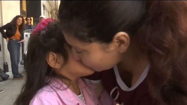 [TLMD - LV]  Emotivo: madre se reencuentra con hija tras 11 meses detenida por ICE