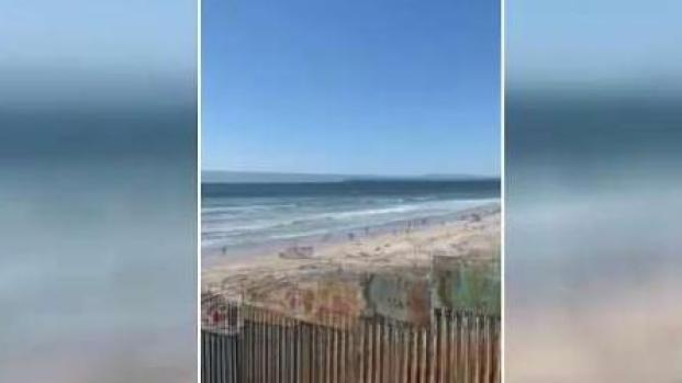 [TLMD - LV] Migrantes rompen barda y cruzan a San Diego