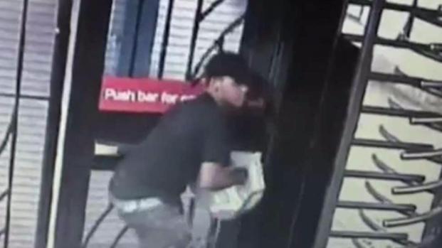 [TLMD - NY] Policía: Sujeto se enseña con niño en aberrante robo