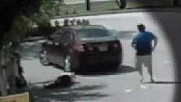 En video: roba un auto con bebé y abuela adentro