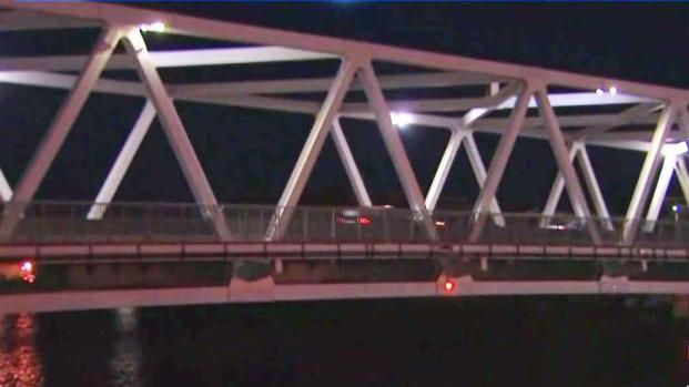 [TLMD - Boston] Suspenden a operadores de puente en Chelsea donde pareja quedó suspendida