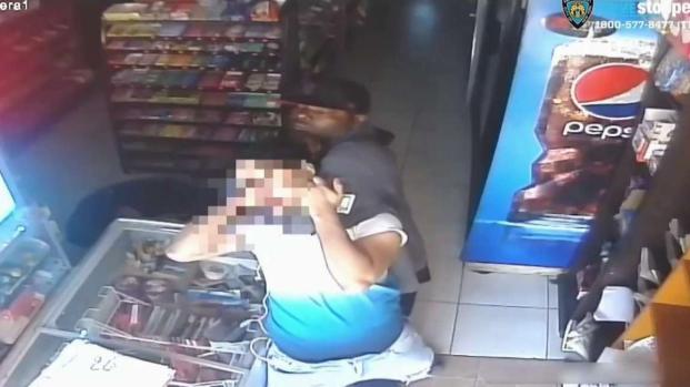 [TLMD - NY] Violento robo deja a cajero apuñalado en Queens