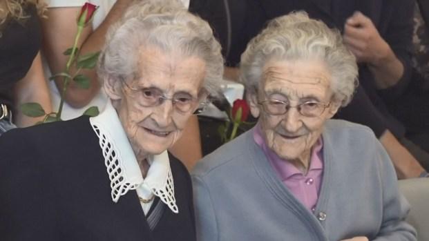 Gemelas celebran 100 años con tremenda fiesta