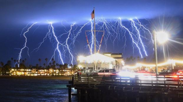 [TLMD - NATL] Espectacular y aterrador: tormenta eléctrica ilumina el cielo de California