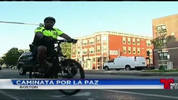 Policía y ciudadanos caminan por la paz