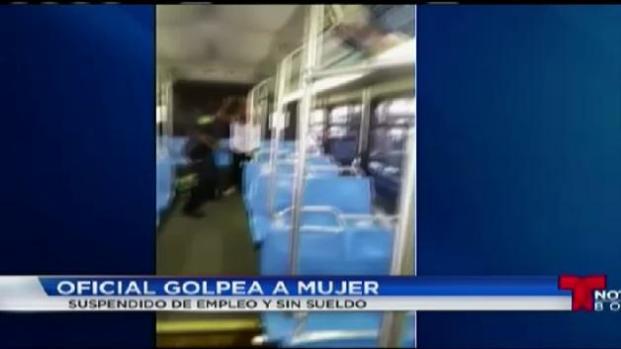 Oficial suspendido por desenfundar su arma en un autobus