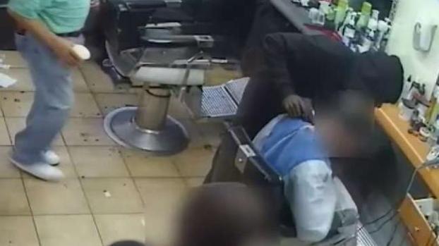 [TLMD - NY] Le afeitan los bolsillos durante robo en barbería