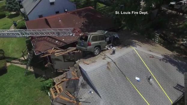 Insólito: cómo un auto terminó en el techo de una casa