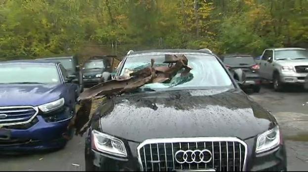 Chatarra cae sobre auto en autopista de Massachusetts