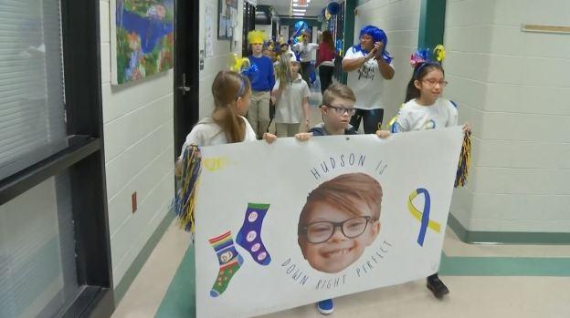 [TLMD - NATL] Con alfombra azul reciben al único niño de la escuela con síndrome de Down