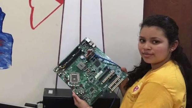 Salvadoreña representará a estudiantes de DC en competencia tecnológica