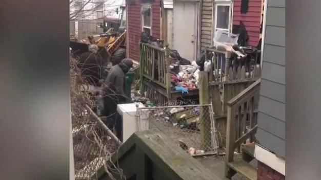 Aprueban demolición de casa llena de basura en Lynn