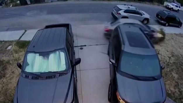 Chocó contra auto estacionado y se dio a la fuga