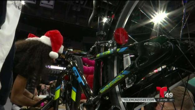Ensamblan bicicletas para niños en Tampa