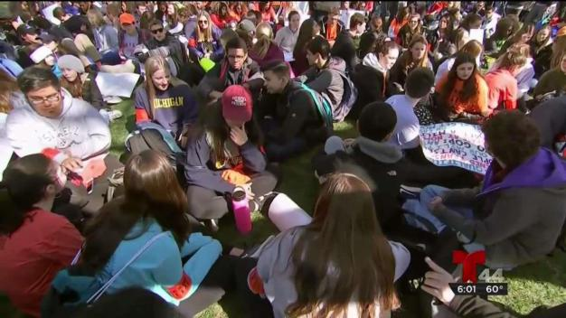 Estudiantes de DC dejan las aulas para exigir control de armas