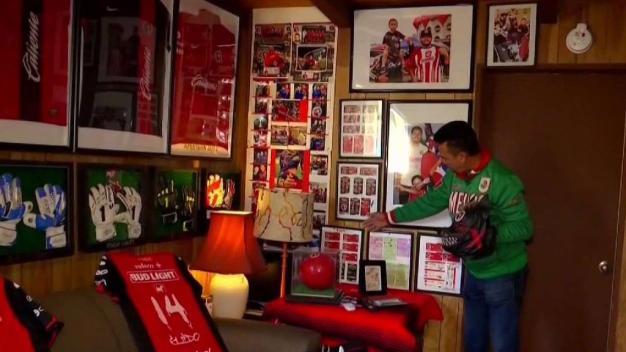Fanático de fútbol presenta su colección de autografos