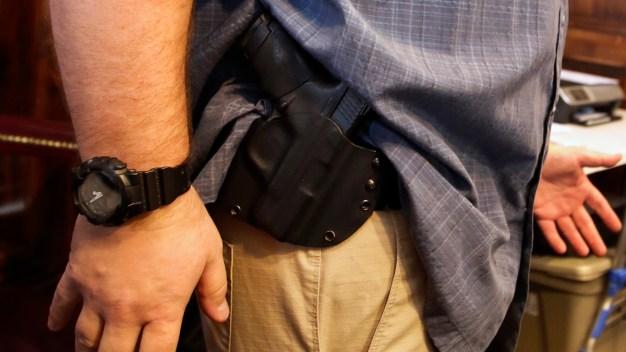 Senado de Florida aprueba armar a maestros en las aulas