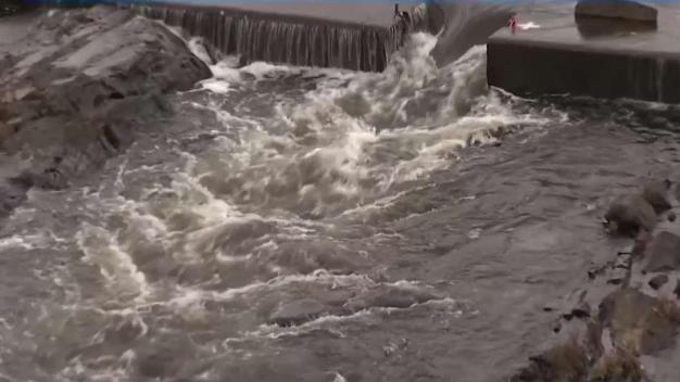 Hallan cadáver de mujer en Río Merrimack