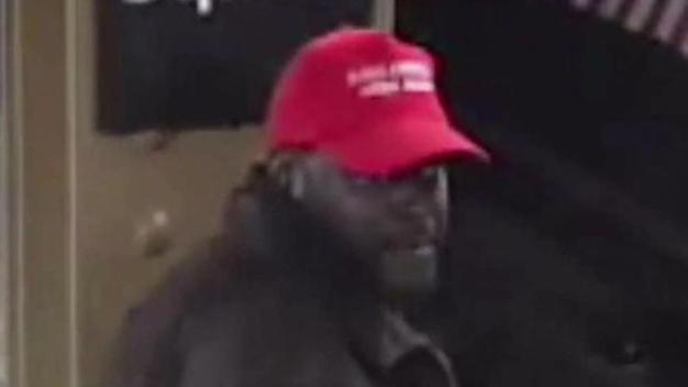 Policía: con gorra de Trump, lanza a hispano a vía de tren