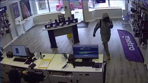 Hombres armados roban teléfonos y efectivo de tienda Metro PCS}