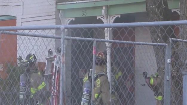 Camarógrafo de telemundo evita que casa sea consumida por las llamas