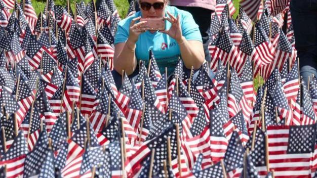 Instalan banderas en honor a veteranos en Boston Common}