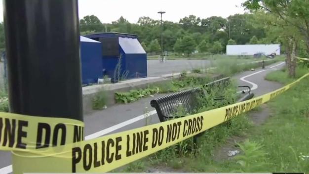 Investigan homicidio en estacionamiento de Lawrence