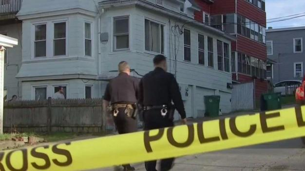 Investigan invasión de hogar que dejó a herido de bala