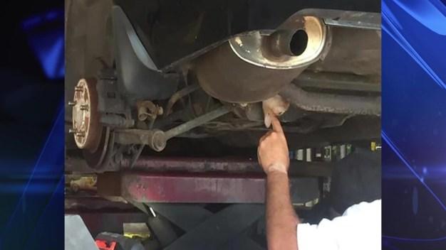 Manejó varias millas sin saber lo que tenía incrustado bajo el auto