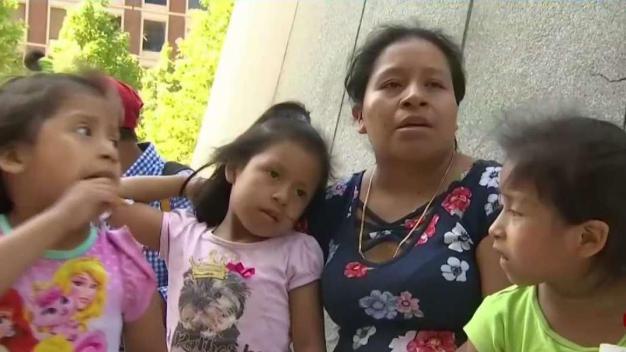 Madre guatemalteca clama ayuda para que no deporten a esposo}