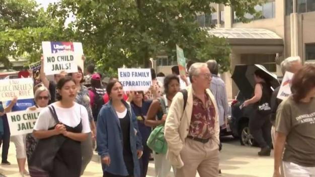 Manifestantes exigen cese de redadas frente a sede de ICE