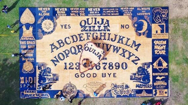 Crean tabla de Ouija más grande del mundo en Salem