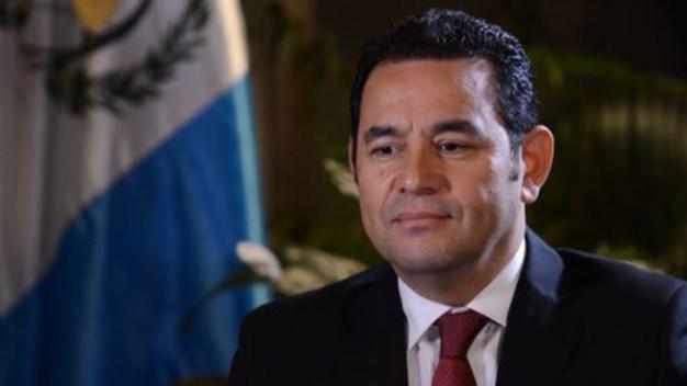 Miles de guatemaltecos protestan contra el presidente
