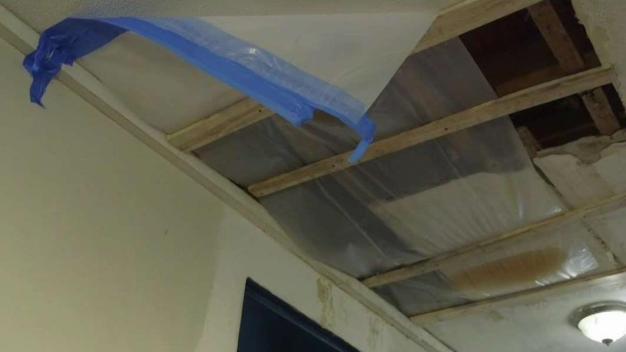 Pasa meses con molesto goteo en edificio