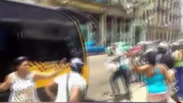 Pelea habanera por subir a un autobús